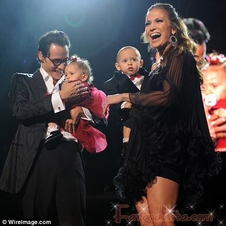 Jennifer Lopez lleva a sus gemelos al escenario en New York