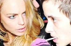 Lindsay Lohan en peligro de muerte (en clase economica)