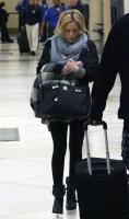 Hilary Duff luce cansada en el aeropuerto de L.A
