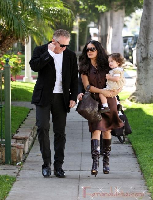 Salma Hayek con su bebita Valentina y su esposo