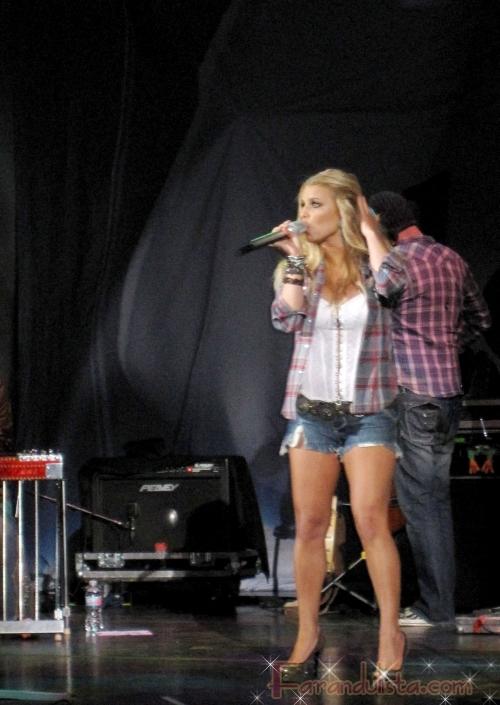 Jessica Simpson olvida las letras de sus canciones otra vez!