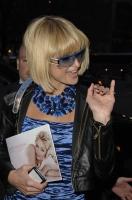 Paris Hilton promueve su nueva linea de lentes de sol