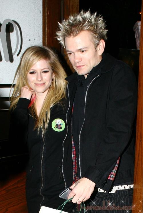 Avril Lavigne bebe e ignora a su esposo Deryck Whibley