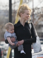 Nicole Kidman sale a pasear con baby Sunday Rose! CUTE!!!