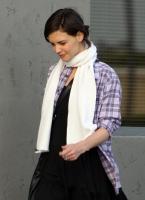 Katie Holmes sonriente saliendo del estudio