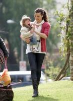 Mila Jovovich juega con su hija Ever Gabo en el parque