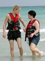 Fashion Police!! Kelly Osbourne con shorts de jean en la playa
