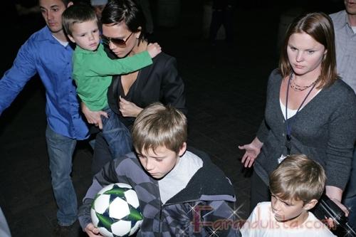 Victoria Beckham y sus hijos en el aeropuerto de LA