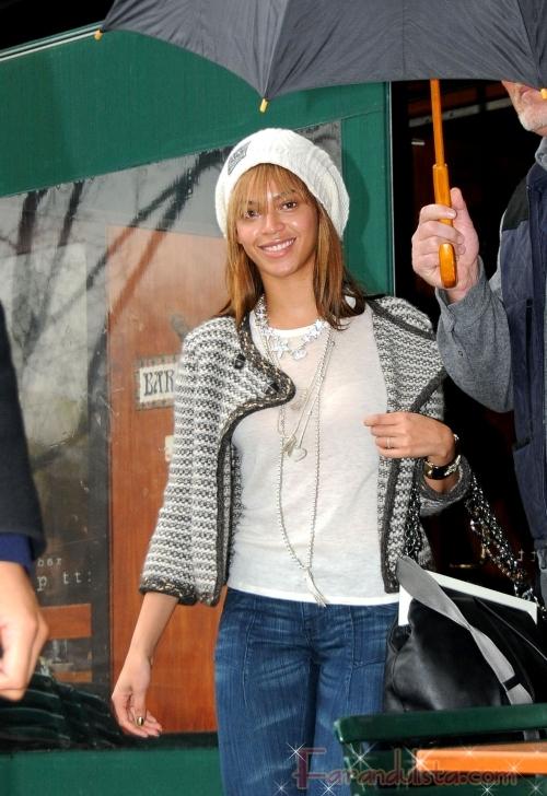 Beyonce sin maquillaje sonrie bajo la lluvia