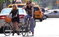 Mary Kate Olsen y su novio Nate Lowman paseando en bicicleta