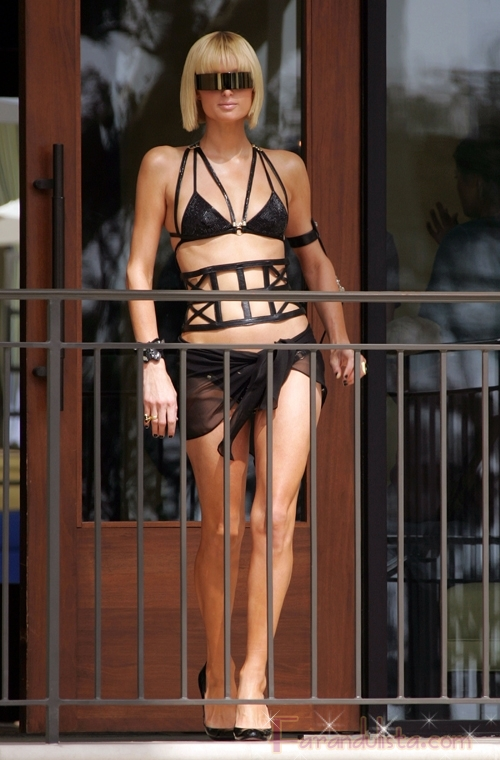 Paris Hilton posa en un sexy bikini negro para los paps