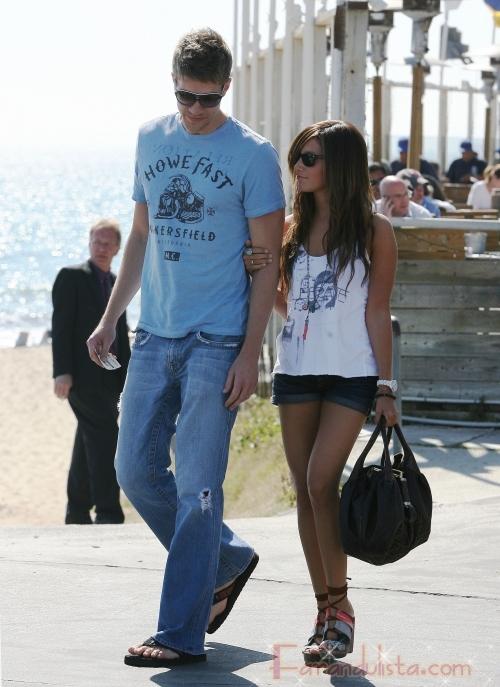 Ashley Tisdale y su nuevo novio Scott Speer