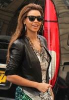 Beyonce muestra sus piernas comprando en Paris