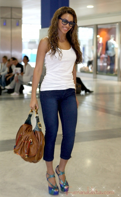 Beyonce se ve delgadita en jeans... bastante!