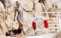 Paris Hilton posa en la piscina en Cannes