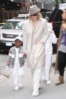 Angelina Jolie dice que Madonna adopta por publicidad