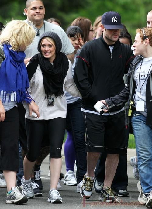 Hilary Duff y su novio Mike Comrie caminan por una buena causa