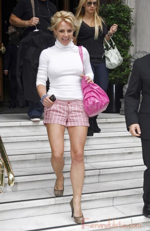 Britney con shorts rosa pero necesita un bra