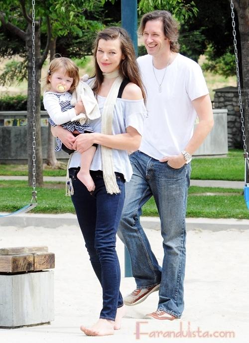 Milla Jovovich y su familia en el parque