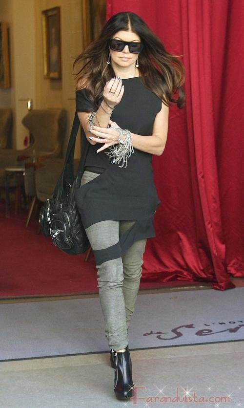 Fergie saliendo de su hotel en Francia