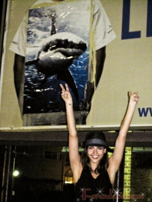 Jessica Alba pega posters de tiburones blancos en Oklahoma