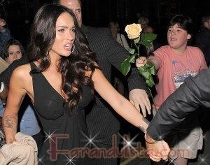 Megan Fox explica la foto ignorando al chico con la rosa