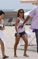 Beyonce es una chica timida en la playa