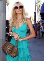 Paris Hilton le modela a los paps