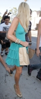 Un pap coloca la camara debajo de la falda de Paris Hilton