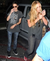Samantha le saca la ropa a Lindsay en una bolsa