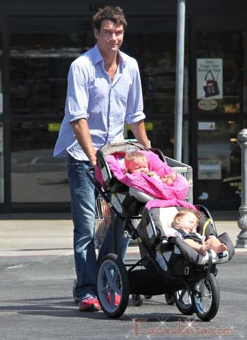 Awww... Jerry O'Connell paseando a sus gemelas