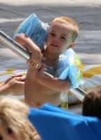 Britney Spears y sus hijos en la piscina - Luce HOT en bikini