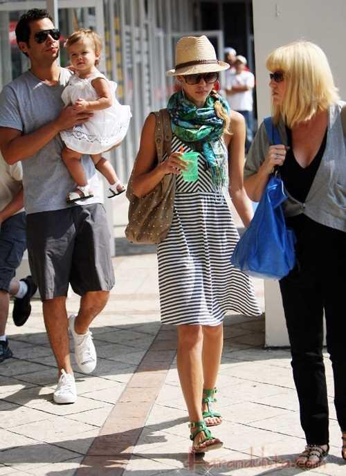 Jessica Alba y su familia en West Hollywood