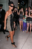 Rihanna es tan interesante que usa lentes de sol en la noche