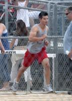 Taylor Lautner afirma que la atencion a su cuerpo le incomoda