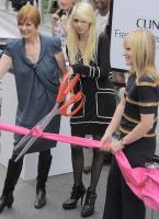 Taylor Momsen posa junto a su portada en Teen Vogue