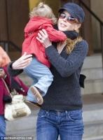 Awwww... Nicole Kidman lleva a Sunday Rose a caminar