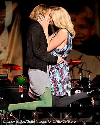Charlize Theron besa a una mujer por 140 mil dolares