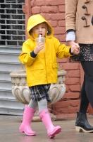 Michelle Williams y Matilda caminan bajo la lluvia