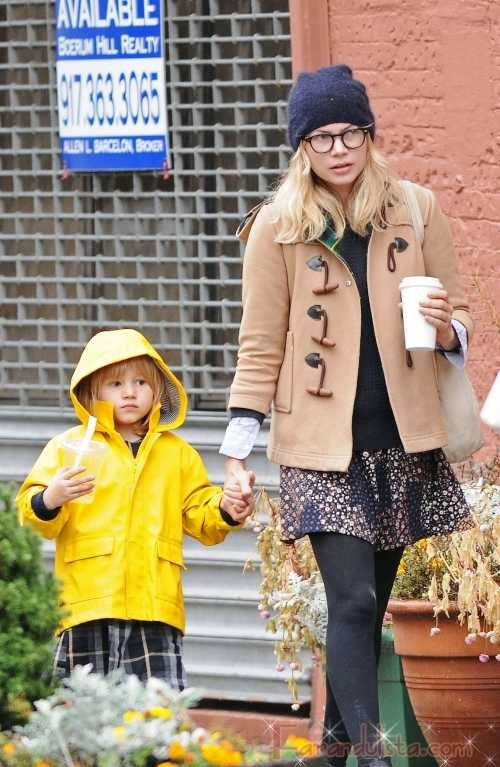 Michelle Williams y Matilda caminan bajo la lluvia