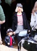 Christina Aguilera y su hijo Max comprando el pino navideño