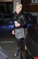 Pink en su llegada a Radio 1 en Londres
