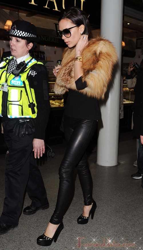 Victoria Beckham con escolta policial para comprar