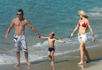 Gwen Stefani muestra su cuerpo en bikini en la playa