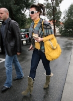 Britney Spears... caminando - plus - subasta vestido para ayudar a Haití