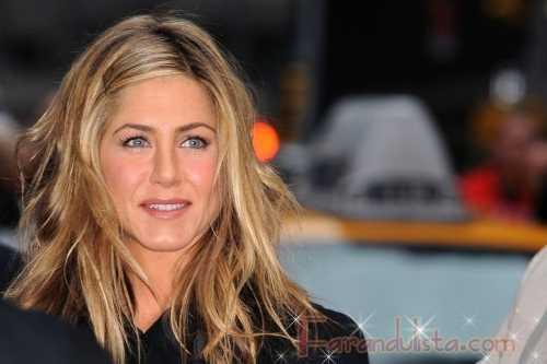 Jen Aniston ofendida por reportes de romance con Gerard Butler