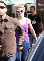 Britney Spears compra en The Dollar Book Store