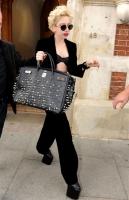 Lady Gaga y sus zapatos, cree que la persiguen fantasmas