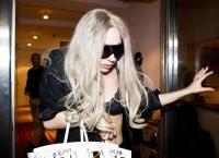 Lady Gaga ya no se quiere vestir, sale en ropa interior transparente