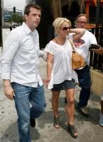 Britney Spears sonrie mientras va de shopping